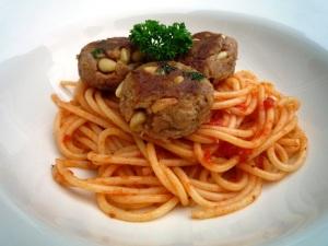 Mini tonijnburgertjes met pasta en tomatensaus