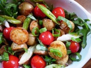 Salade met krieltjes, cherrytomaatjes en rucola