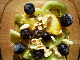 Fruitsalade appel kiwi bosbes met hazelnootcrunch