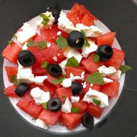 Salade met watermeloen, feta, zwarte olijven en  munt